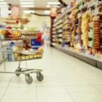 Рівнянин намагався недоважити продукти у супермаркеті.