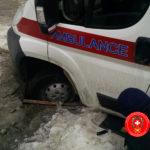 У Рівному рятувальники дістали автомобіль «швидкої», що застряг у відкритому каналізаційному колодязі