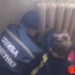 На Рівненщині для жінки, рука якої застрягла у батареї, викликали рятувальників