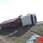 Для підняття вантажівки рятувальники застосували 75-тонний автокран
