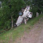 На Рівненщині ДТП: автомобіль злетів з дороги, перекинувся та впав на бетонний стовп відбійника