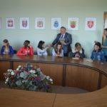 Для гостей з Донеччини мер Рівного подарував бурштинові ікони