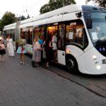 Рівнянам пропонують замовляти для екскурсій тролейбус. Випускники такою послугою лишились задоволені.