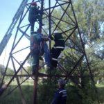 Як рятувальники знімали травмованого підлітка, що висів на високовольтній опорі (ФОТО)