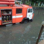 У Рівному після зливи рятувальникам довелось допомагати людям