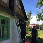 На Рівненщині рятувальники зняли з аварійного горища двох дітей