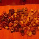 На Рівненщині правоохоронці виявили два кілограми обробленого «сонячного» каміння та понад сім бурштину-сирцю