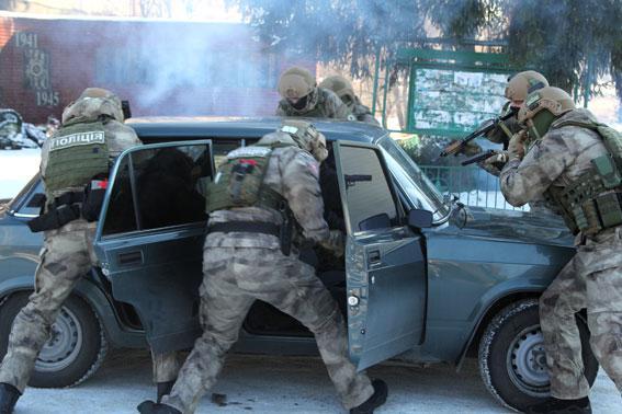 Прикарпатські правоохоронці затримали банду, яка грабувала та обкрадала багатих туристів в Карпатах (фоторепортаж)