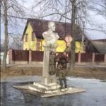 Як на Рівненщині бюст Миколи Кузнєцова демонтували (ВІДЕО)