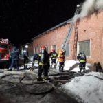 У Рівному вогнеборці ліквідували пожежу в складальному цеху (ВІДЕО)