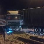 Рятувальники деблокували з металевого відбійника вантажівку