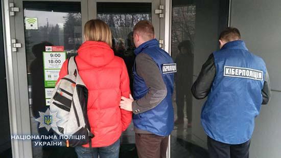 На Рівненщині кіберполіцейські викрили працівника банку, який продавав службову інформацію