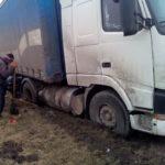 Вантажний автомобіль на узбіччі дороги застряг в багнюці