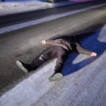 У Рівному чоловік ходить по дорозі та лягає перед автівками
