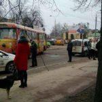 На Дубенській у ДТП потрапили тролейбус та автівка