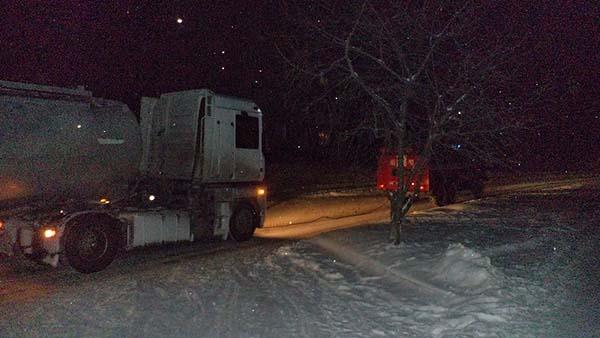 На Рівненщині у снігову пастку потрапили автівки та автобус