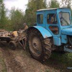 Трактор, автомобілі, мотопомпи та бурштин вилучили поліцейські у старателів на Рівненщині