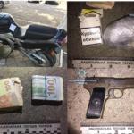 Пістолет, наркотики та понад 160 тисяч гривень виявили поліцейські у рівнянина