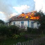 Вогонь знищив покрівлю у будинку