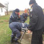 На Сарненщині рятувальники дістали з колодязя мертвого чоловіка
