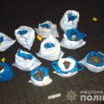Поліцейські у Рівному викрили чоловіка, який перевозив майже 50 кілограмів бурштину