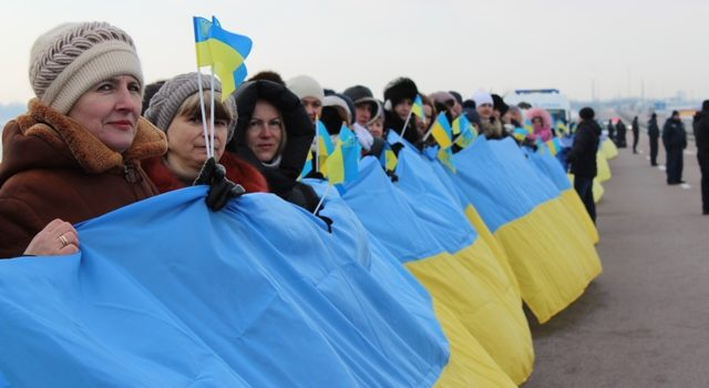 Рівненщина та Житомирщина об'єдналися «живим» ланцюгом і розгорнули 200-метровий прапор