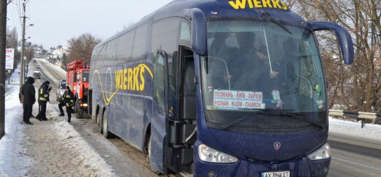 У Рівному міжнародному автобусу знадобилася допомога рятувальників