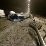 Рятувальники дістали з дорожнього відбійника легковий автомобіль