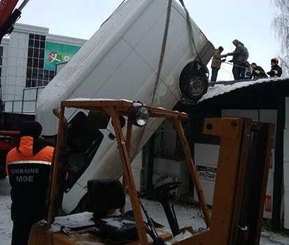У Рівному автомобіль впав з триметрової висоти