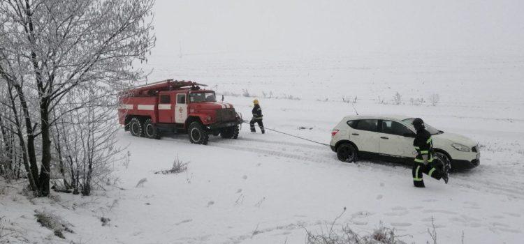 Автівку з кювету витягували рятувальники