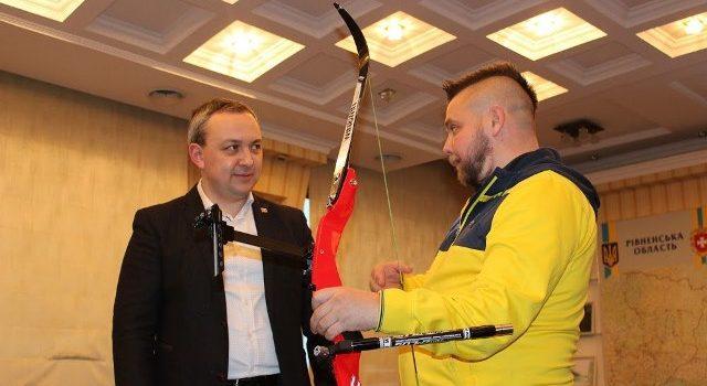 Переможець Ігор Нескорених Андрій Усач отримав спортивного лука