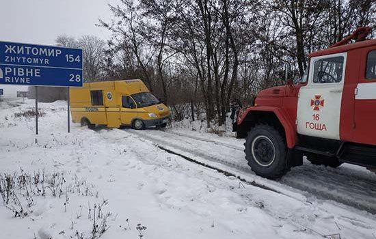 Поблизу Гощі вантажівка потрапила у снігову пастку