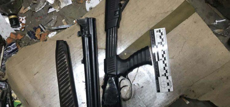 Здолбунівські поліцейські вилучили із гаража зброю і наркотики