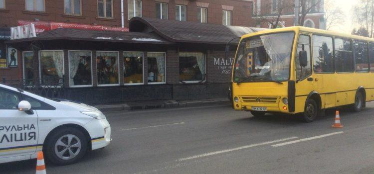 У Рівному, поблизу ринку під колеса маршрутки потрапила жінка