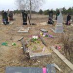 На Рівненщині чоловік понівечив дві могили на кладовищі