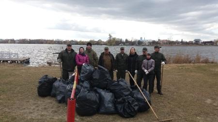 На Рівненщині зібрано понад 100 мішків сміття з берегів водойм області