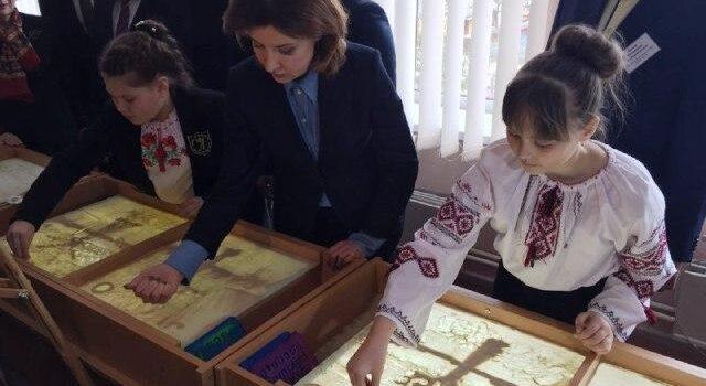 На Рівненщині Марина Порошенко разом з учнями намалювала пейзаж піском