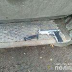 У Рівному невідомі приставили до спини чоловіка пістолет та побили