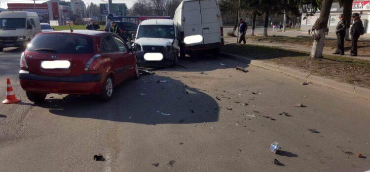 У Рівному зіткнулося три авто: є потерпілі