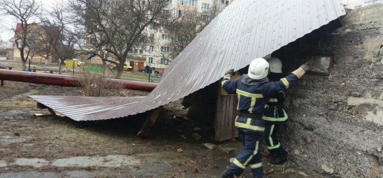 В Рівному рятувальники демонутвали дах господарчох будівлі який пошкодив сильний порив вітру