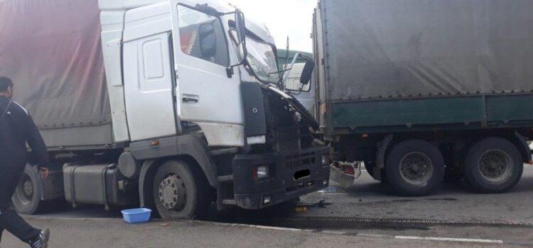 Внаслідок ДТП у вантажівці затисло водія
