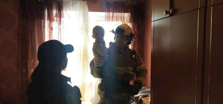 Сарненські рятувальники відчинили вхідні двері квартири, де перебував замкнений малюк