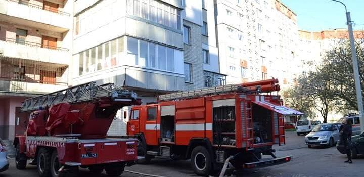 У Рівному під час пожежі у 14-поверхівці вогнеборці врятували двох чоловіків