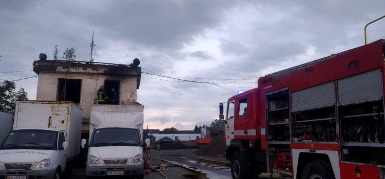 В Рівному вогнеборці запобігли вибуху газового балону під час пожежі у побутовому приміщенні вагової