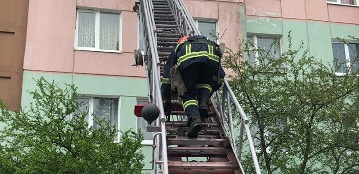 Вараські рятувальники відчинили двері квартири, в якій був зачинений дворічний хлопчик