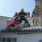 На Рівненщині рятувальники знімали непритомного чоловіка з даху будинку