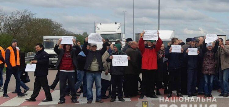 100 жителів Гощанського району частково перекрили автодорогу «Київ-Чоп»