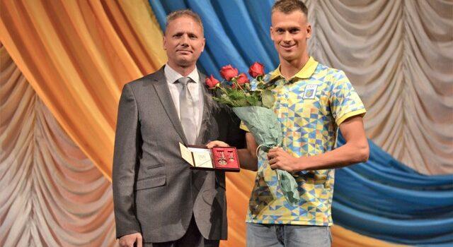 В Рівненському драмтеатрі відбулися урочистості з нагоди 23-ї річниці Конституції України