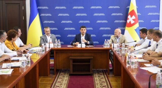 Володимир Гройсман під час зустрічі з головами ОТГ Рівненщини