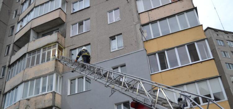В Рівному рятувальники ліквідували загорання на балконі багатоквартирного житлового будинку